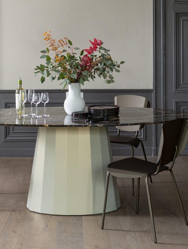 Table ovale Ankara. Cette table design est disponible en 39 coloris. La table ovale Ankara est un meuble dôté d'un charme unique : son pied central, qui apporte une vraie harmonie pour ce meuble.