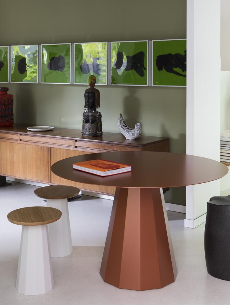 Table ronde Ankara. Meuble en métal disponible en 39 coloris. Design iconique de part son pied central. La table Ankara peut se décliner, en effet son plateau peut-être en métal, en bois et en marbre.